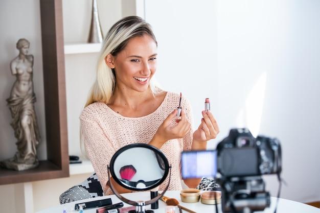 Vlogger di bellezza professionale che fa tutorial di trucco per la trasmissione in diretta