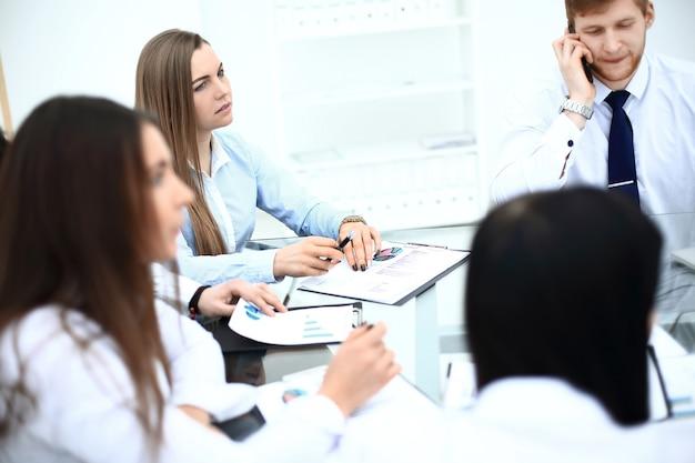 Squadra professionale di affari che fa un rapporto finanziario
