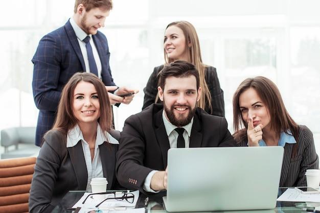 Squadra professionale di affari vicino al desktop, mostrando insieme l'indice in avanti