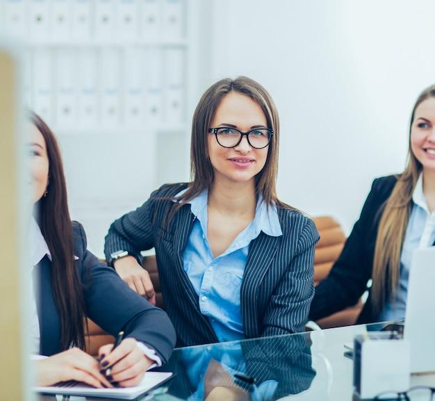 Squadra professionale di affari che lavora su un nuovo progetto finanziario su un posto di lavoro in un ufficio moderno