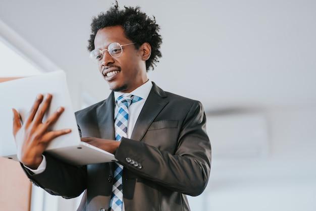 Imprenditore professionista utilizzando il suo laptop mentre si lavora presso un ufficio moderno. concetto di business e tecnologia.