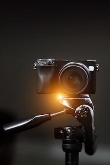 Fotocamera professionale su treppiede.