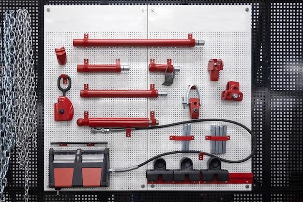 Strumenti professionali di fissaggio per auto, strumenti di riparazione di automobili appesi al muro.