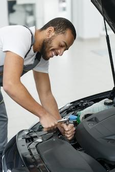 Meccanico di automobile professionista che ripara un'automobile