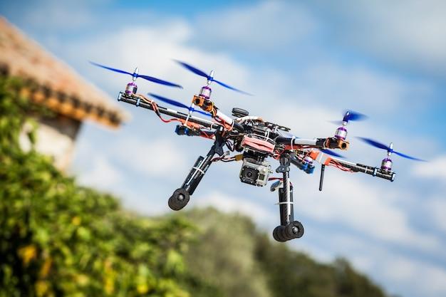 Drone professionale in carbonio con gps che fa un giro.