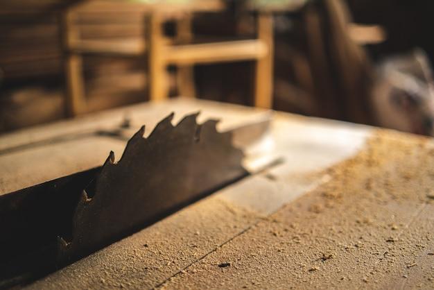 Attrezzo professionale per falegnameria, attrezzatura per officina con industria del legno, falegname che lavora nella costruzione artigianale in legno, artigiano e tavolato in legno nella falegnameria