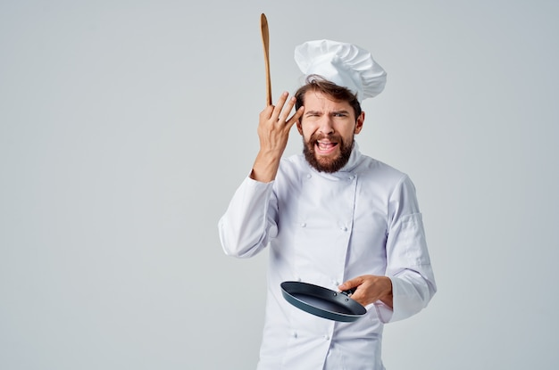 Padella professionale per chef nella cucina del ristorante con le mani