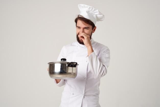 Pentola da chef professionale nel servizio di cucina a mano