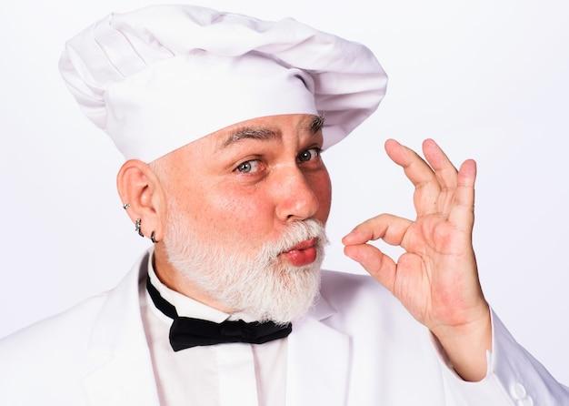 Chef professionista con segno ok. cuoco o panettiere in uniforme con segno perfetto.