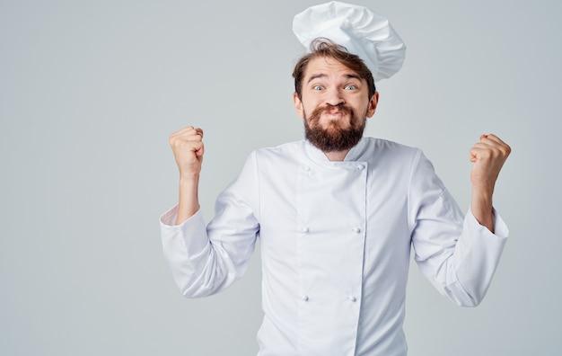 Chef professionisti in uniforme gesticolano con le mani su uno spazio luminoso