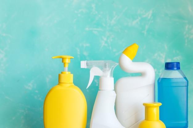 Attrezzature per la pulizia professionale sull'azzurro