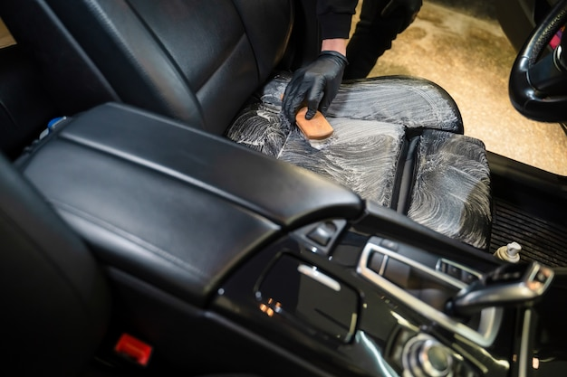 Processo di pulizia professionale per seggiolini auto in pelle.