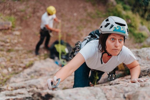 Lo scalatore professionista ha agganciato la corda sulla sicurezza per arrampicarsi in sicurezza