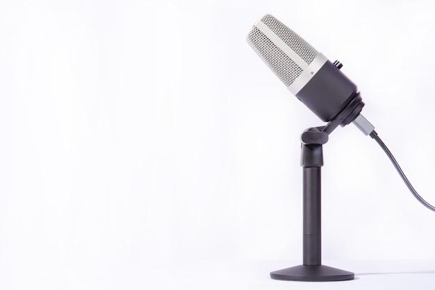 Microfono professionale a condensatore su piedistallo isolato