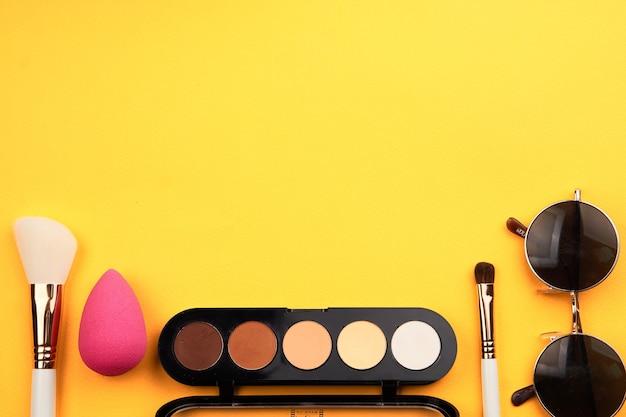 Tavolozza di cosmetici professionali con pennelli trucco ombretto ritagliata. foto di alta qualità