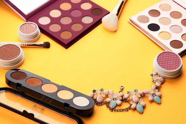 Tavolozza di cosmetici professionali con pennelli trucco ombretto