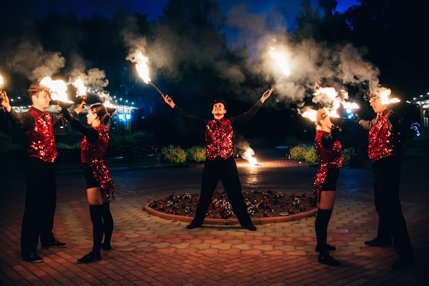 Ballerini professionisti, uomini e donne, organizzano spettacoli di fuoco e spettacoli pirotecnici