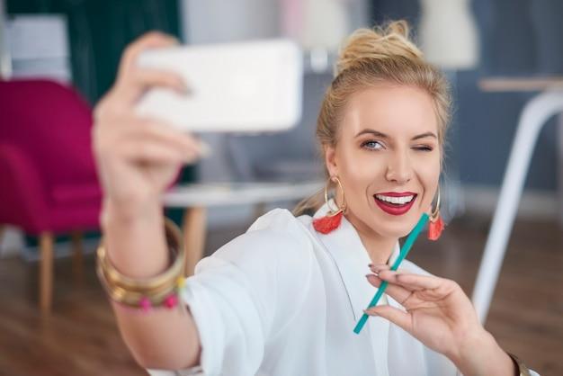 Designer professionista che strizza l'occhio mentre si scatta un selfie