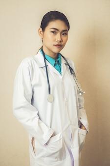 Medico professionista in ospedale. attività di assistenza sanitaria medica e servizio medico.
