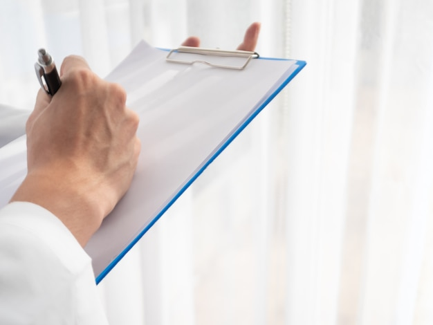 Sintomo paziente professionale di controllo dell'uomo del medico per le informazioni di diagnosi record da curare