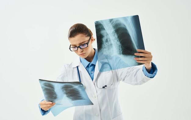 Donna di medico professionista con lo stetoscopio di occhiali abito medico dei raggi x. foto di alta qualità
