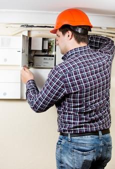 Elettricista professionista che installa componenti in schermatura elettrica