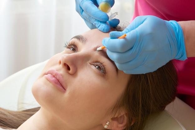 Correzione professionale delle sopracciglia nel salone di bellezza spa