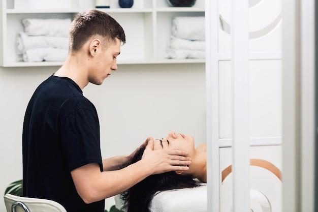 Massaggio professionale viso e testa.