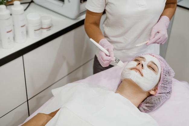 Routine professionale per la cura della pelle del viso per adolescenti nel salone di bellezza maschera viso professionale per giovani
