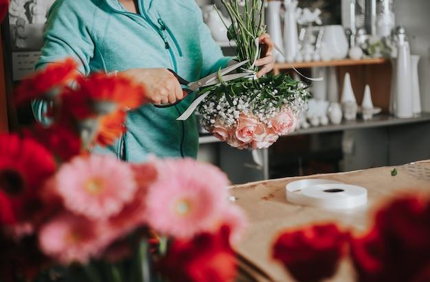 Studio professionale di floristica, legatura di un fiore nuziale, negozio di fiori