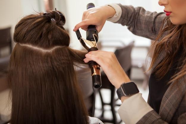 Parrucchiere professionista che lavora presso un parrucchiere