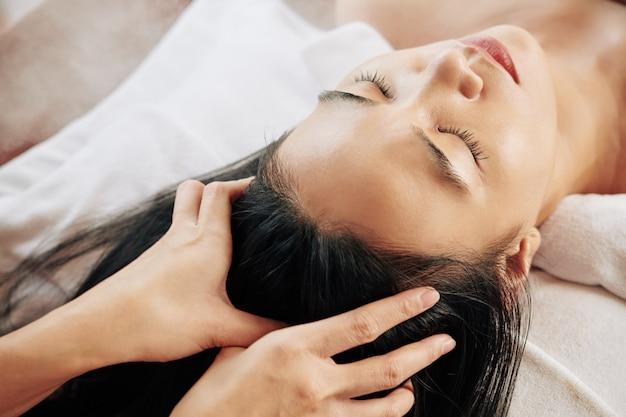 Massaggio professionale alla testa