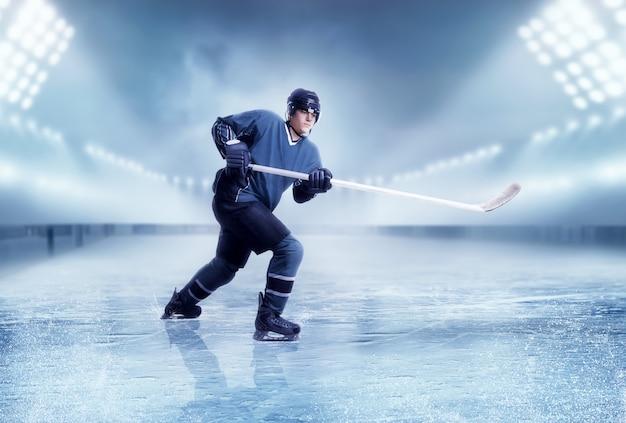 Tiro al giocatore di hockey su ghiaccio professionale
