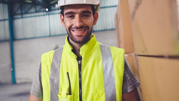 Operaio dell'industria professionale close up ritratto in fabbrica o in magazzino