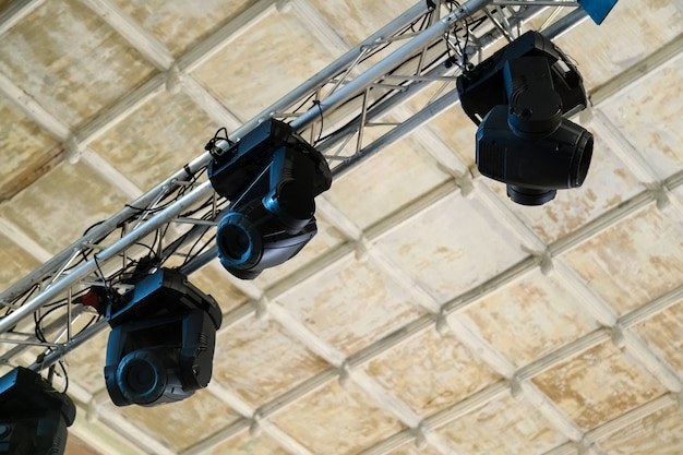 Apparecchiature di illuminazione professionale per spettacoli teatrali a soffitto.