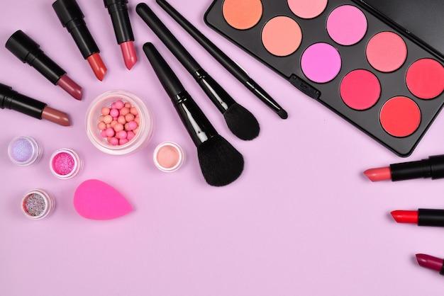Prodotti per il trucco professionale con prodotti cosmetici di bellezza, fard, eye liner, ciglia, pennelli e strumenti.