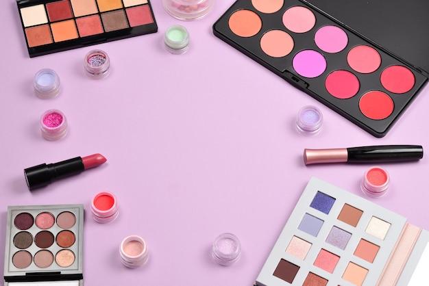 Prodotti per il trucco professionale con prodotti di bellezza cosmetici, blush, eyeliner, ciglia, pennelli e strumenti