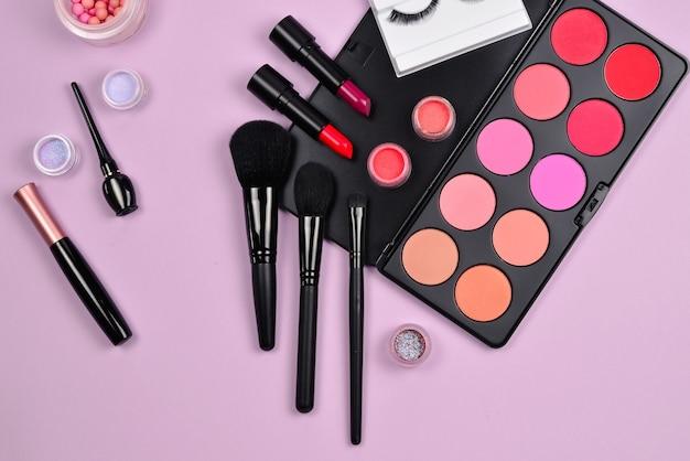 Prodotti per il trucco professionale con prodotti cosmetici di bellezza, fard, eye liner, ciglia, pennelli e strumenti