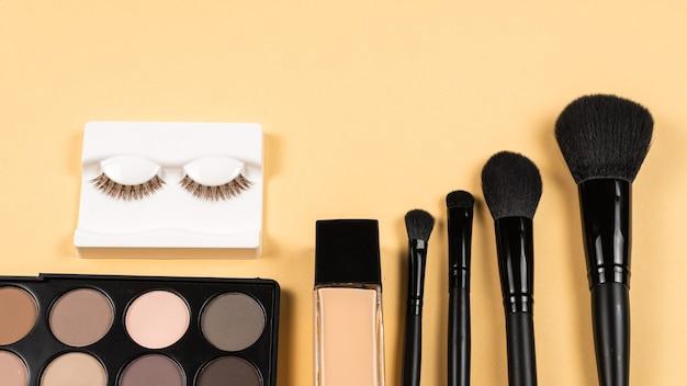 Prodotti per il trucco professionale con prodotti cosmetici di bellezza, ombretti, ciglia, frullatore di bellezza, fondotinta, pennelli e strumenti.