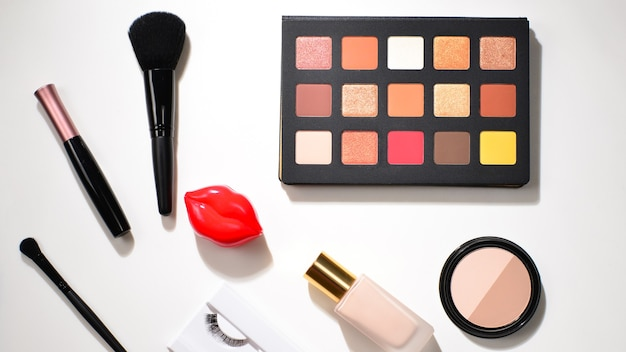 Prodotti per il trucco professionale con prodotti cosmetici di bellezza, ombretti, pigmenti, rossetti, pennelli e strumenti. spazio per testo o design.