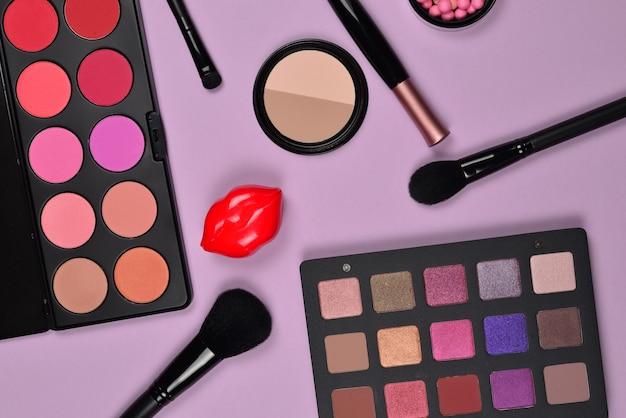 Prodotti per il trucco professionale con prodotti cosmetici di bellezza, fondotinta, rossetto, ombretti, ciglia, pennelli e strumenti.