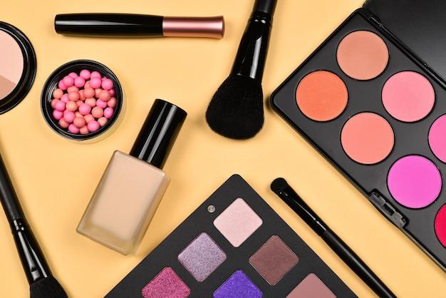 Prodotti per il trucco professionale con prodotti di bellezza cosmetici, fondotinta, rossetto, ombretti, ciglia, pennelli e strumenti.