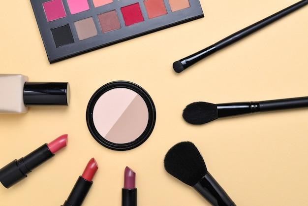 Prodotti per il trucco professionale con prodotti cosmetici di bellezza, fondotinta, rossetto, ombretti, ciglia, pennelli e strumenti