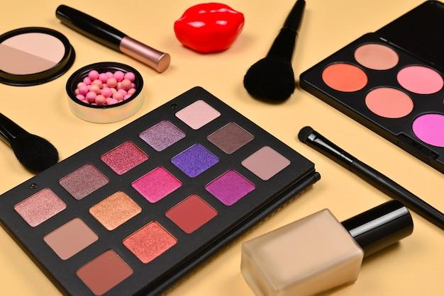 Prodotti per il trucco professionale con prodotti di bellezza cosmetici