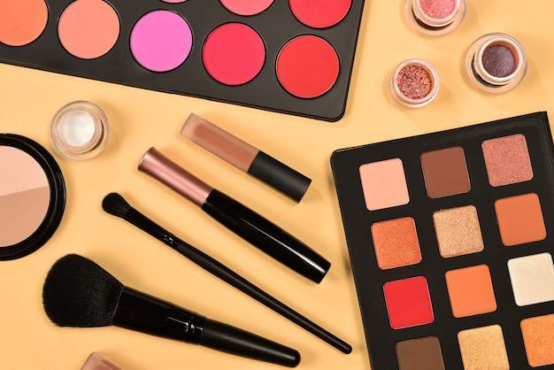 Prodotti per il trucco professionale con prodotti di bellezza cosmetici.