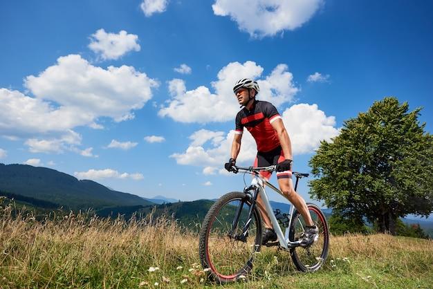 Bicicletta ciclista professionista maschio ciclista sul sentiero