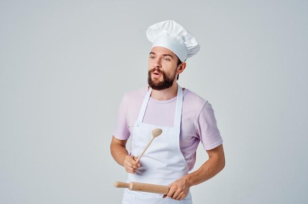 Cuoco professionista maschio in uniforme di lavoro ristorante cucina