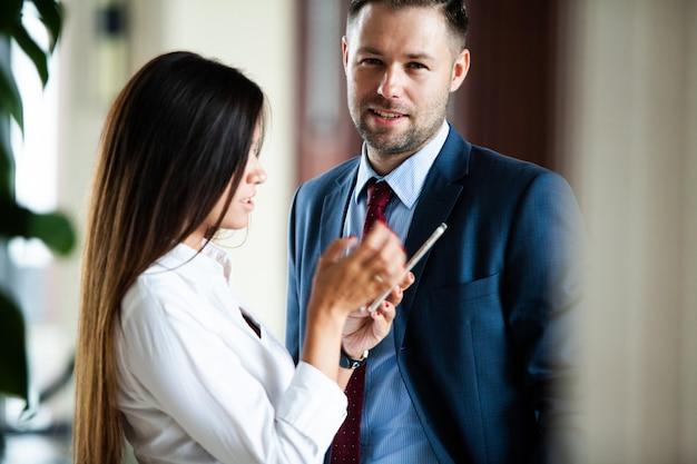 Partner commerciali maschili e femminili professionisti che si incontrano per discutere la strategia di pianificazione per un progetto di avvio comune.