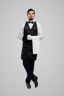 Cameriere maschio professionista con asciugamano
