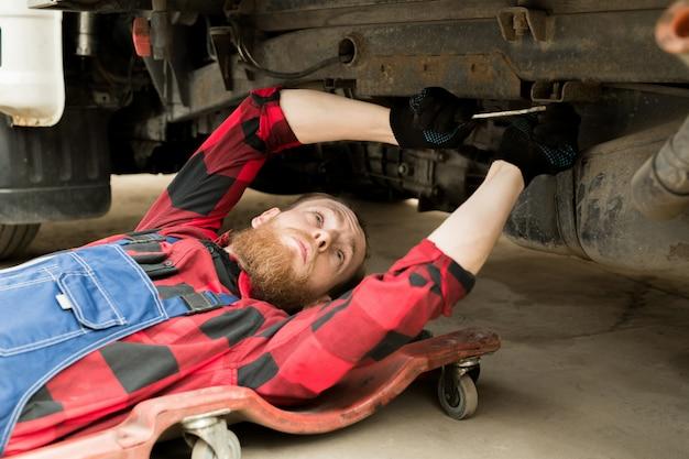 Meccanico professionista che ripara veicolo